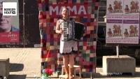 Trijn Janssens promoot haar éénmanspartij MAMA op originele wijze